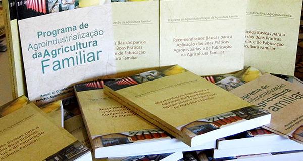 Prefeitura adquire livros com recomendações básicas para a agricultura familiar