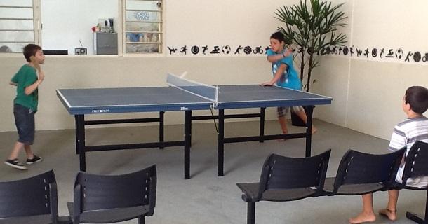 Tênis de Mesa é uma das atividades desenvolvidas no Clubinho de Férias