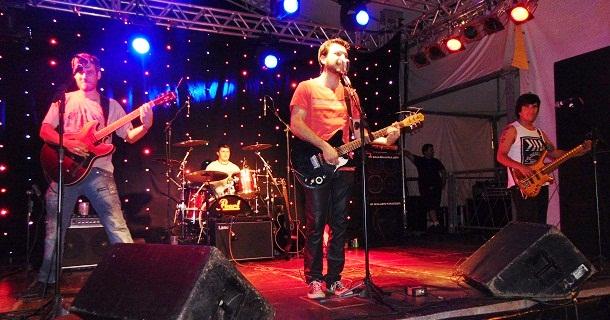 Banda Rockstrada se apresentou na noite de sexta-feira