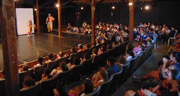 Alunos da rede municipal de educação assistem ao teatro sobre Dom Quixote