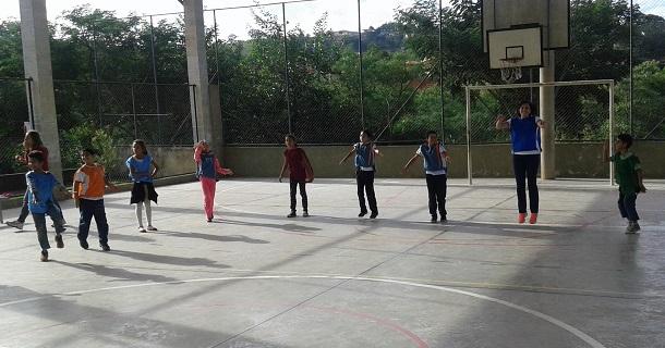 Exercícios com alunos da Escola Municipal Eduardo Rodrigues de Carvalho, no Jardim Santa Cruz.