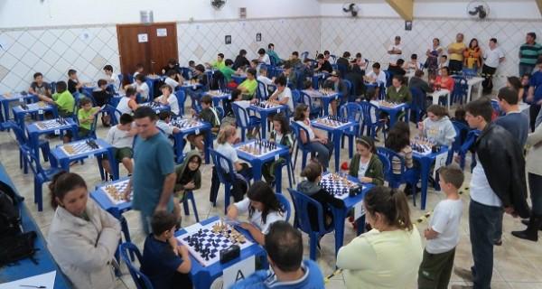 "I Festival de Xadrez ""Zuleika Junchi Bueno"" reúne dezenas de competidores"