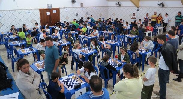 Primeira etapa da competição aconteceu semana passada no Ginásio de Esportes. Doze equipes de três escolas disputam o Festival