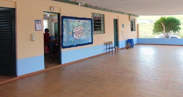 Parquinho na Vila Palmira e escola municipal do Agudo recebem melhorias