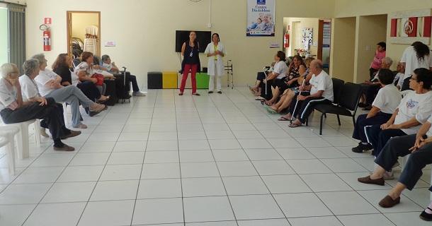 Palestra sobre cuidados preventivos contra a dengue