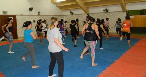 Público feminino se divertiu com a dança de ritmos no Ginásio Municipal de Esportes.