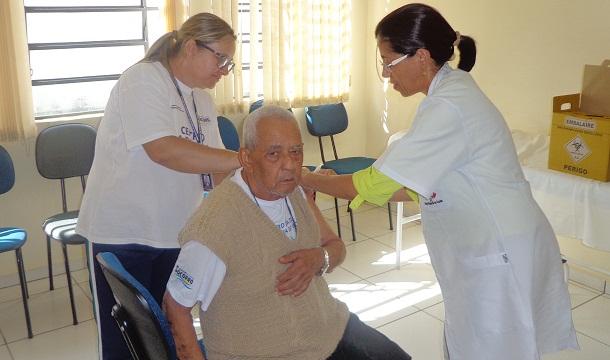 Vacina aplicada em idosos para combater a gripe e o vírus influenza