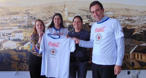 Prefeitura entrega camisetas do PROERD