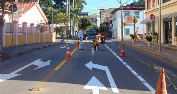 Sinalização de trânsito é renovada em pontos de risco