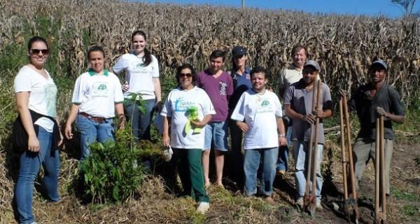 Prefeitura doa mudas de árvores nativas em parceria com Associação Mata Ciliar