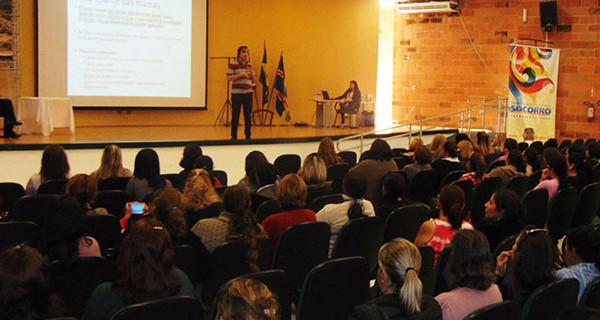 Equipe da merenda escolar participa de palestra sobre manipulação de alimentos