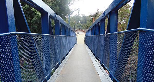 Prefeitura reforma passarela do Jardim Gollo
