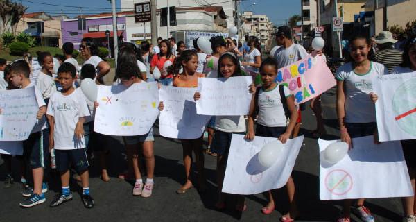 """""""Caminhada pela Vida"""" reúne centenas de pessoas unidas pela paz"""