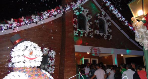 Inauguração da Casa do Papai Noel atrai centenas de famílias