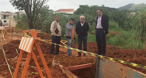 Prefeito se reúne com responsáveis e cobra conclusão de obras no Jardim Santa Cruz