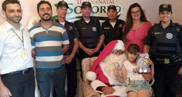 Guarda Municipal participa de ações natalinas e realiza sonho de menina de conhecer o Papai Noel