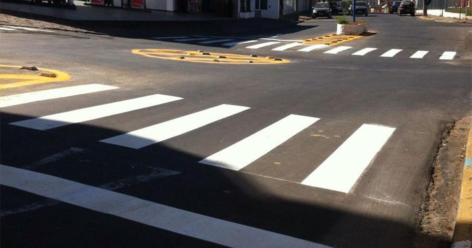 Departamento de Trânsito renova sinalização de ruas e estradas