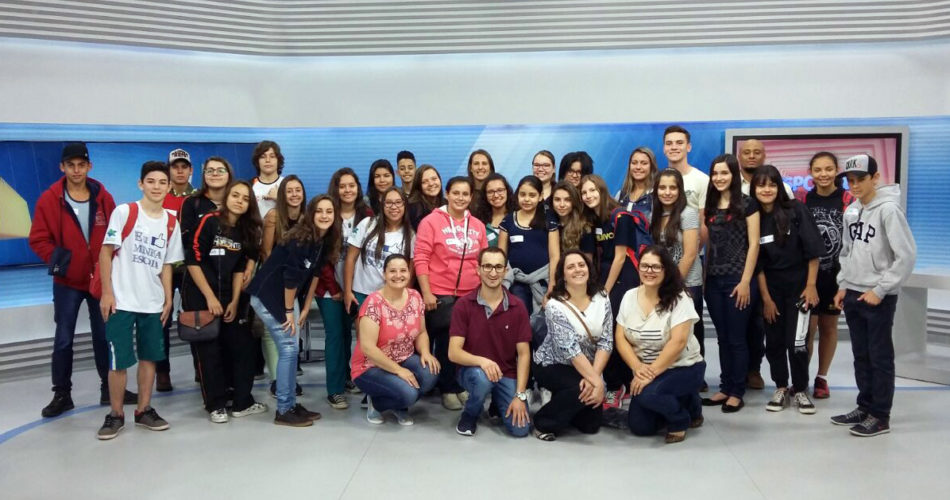 Alunos selecionados na primeira etapa do EPTV na Escola visitam emissora