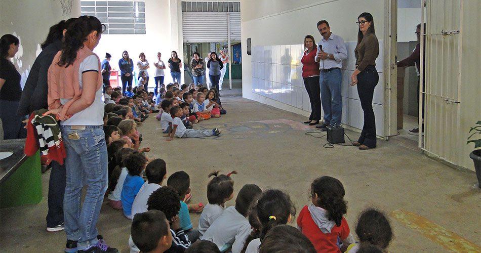 Secretaria de Educação entrega materiais para alunos de ensino infantil e fundamental
