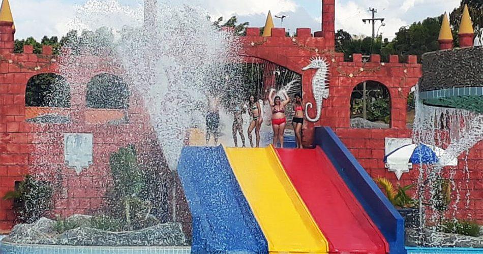 Grupos atendidos pelos programas ProJovem e Ação Jovem fazem passeio a parque aquático