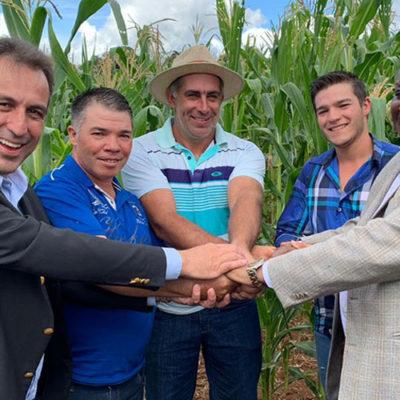 Prefeito André Bozola, embaixador da Namíbia, agricultor Claudinei Vaz de Lima e seus filhos, durante visita à lavoura de milho branco