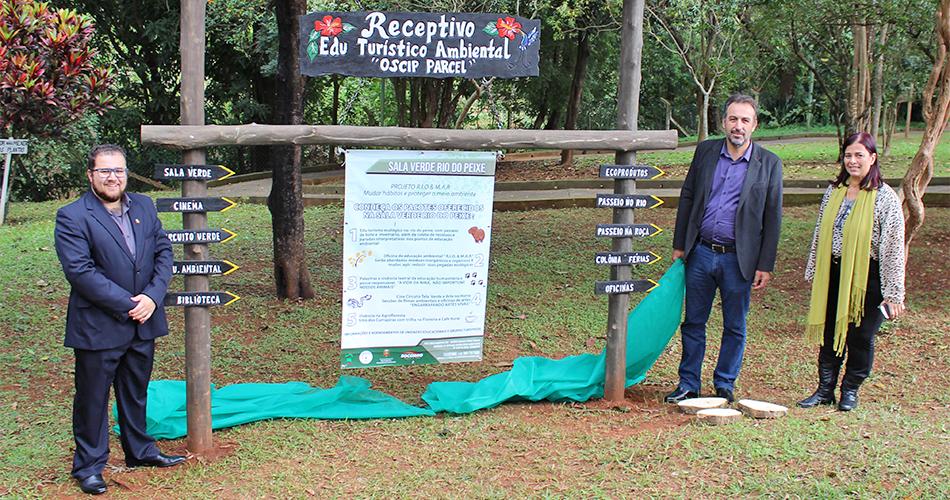 Secretário de Meio Ambiente, Henrique Cézar, prefeito André Bozola e presidente da OSCIP Parcel, Cássia de Freitas, inauguram Sala Verde no Horto Municipal