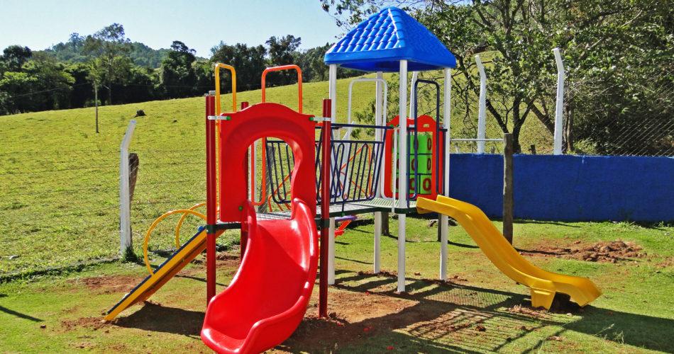 Prefeitura instala novos parquinhos nas Escolas do Campo dos bairros do Oratório e Livramento