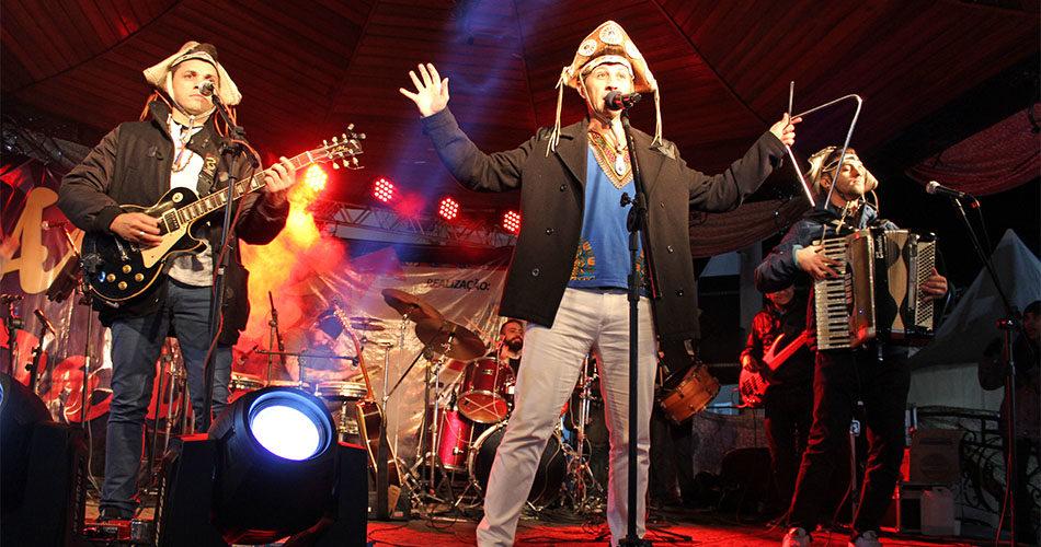 Segunda semana do Arraiá na Praça teve stand up comedy, teatro e shows musicais