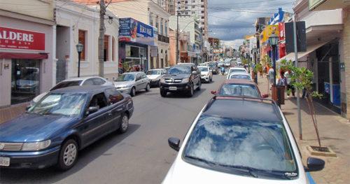 Carros transitando na rua Campos Salles