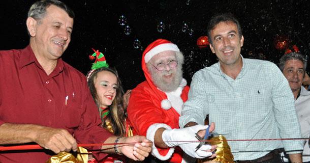 Momento em que a fita à frente da Casa do Papai Noel foi cortada pelo prefeito André Bozola