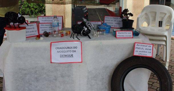 Tenda montada na Rua Dr. Campos Salles informa os criadouros mais comuns do mosquito Aedes Aegypti