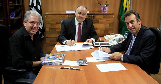 Prefeito André Bozola assinando convênio com Secretário Estadual de Turismo, Romildo Campello